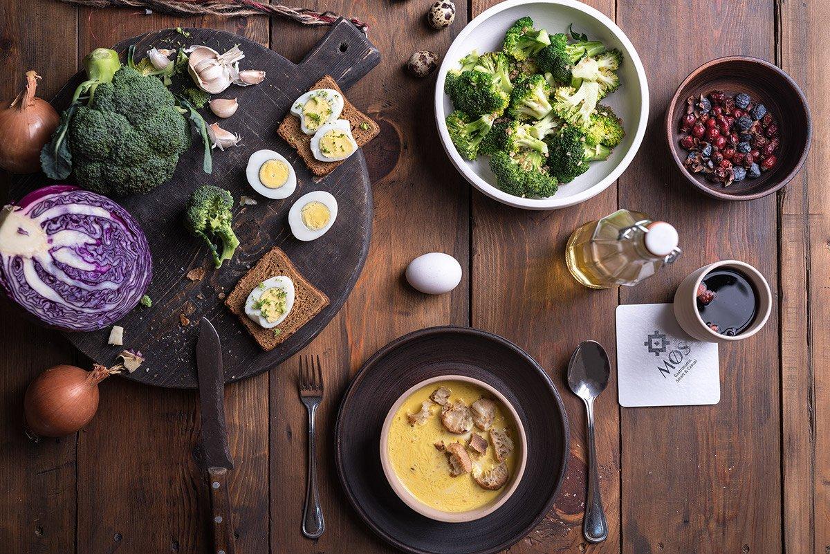 MØS是位于莫斯科的宜家北欧餐馆,专注于北欧美食,展现北欧传统与哲学。对MØS品牌设计之前,我们对其品牌内涵的北欧哲学做了一些研究以作为我们设计的概念启发。北欧崇尚自然的生活方式,从自然取材而已还原本质的方式来讲物品融入生活中,让生活更便利。因此,我们对MØS品牌形象的设计借鉴了北欧哲学的方式,运用极简的设计手法,从自然中的构成要素获取灵感。 在对MØS餐饮logo的设计上,我们以最直观简练的方式——品牌名称的字母构成,作为其