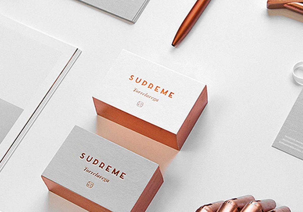 """在西班牙,知名度较高的莫属Torrelavega了,它是一个多品牌的服装精品建筑楼,在那里面,来自全球的品牌都在里面进行营业,而Supreme是一家专门售卖男女鞋和配饰的专柜店,它于2017年3月成立,位于西班牙象征性建筑之一的楼盘里面,毗邻城市的主要广场。 在Supreme开业之前,设计师来到了Mubien,寻找一种能够满足其战略需求的品牌设计形象,同时考虑到其品牌的排他性,精品店及其目标受众的位置。客户的最初想法是称为精品店""""Supreme Street Style"""",我们建议"""