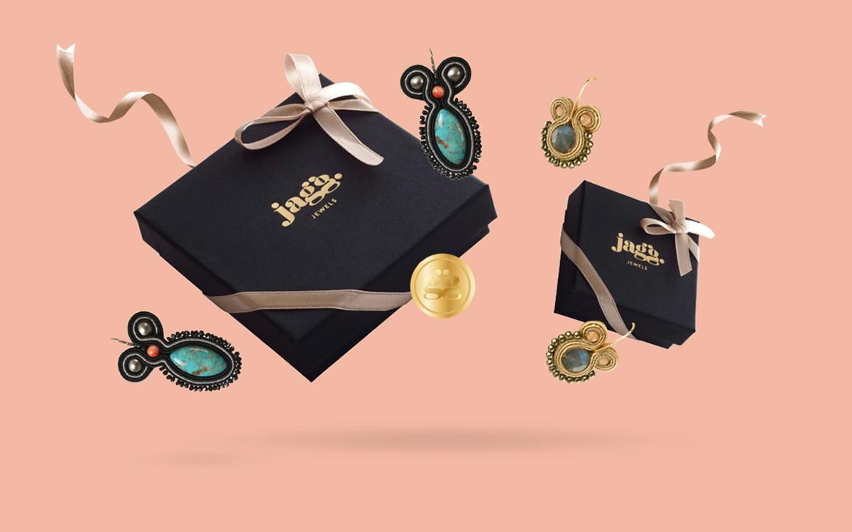 Jennifer高端珠宝品牌设计案例  Jennifer无论是对于自己还是别人,Jennifer都将是一份非凡的礼物。饰品的卖点在于Jennifer熟练的工艺和独特的设计。宣传纸质选用优质的材质和独特的印刷工艺,其明显的触感设计体现出其饰品的宝贵元素和成熟的工艺。Jennifer品牌设计采用的是简洁的字体标志,字母J与L的组合构成新的品牌标志。Jennifer新品牌设计反映的是一种原始工艺的制作也有着现代人所喜爱的美感。 英国艺术珠宝品牌设计  英国艺术珠宝是一家以制作原始珠宝且由手工制作搭配植物和